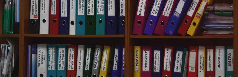 Bücherregal mit Ordnern zu Inkassofällen