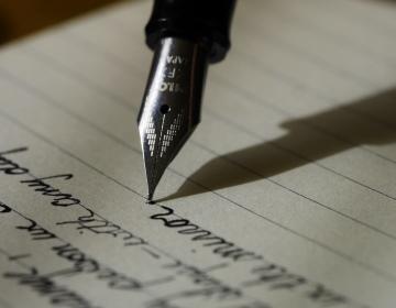 Schriftliche Rechtsberatung mit Füller geschrieben
